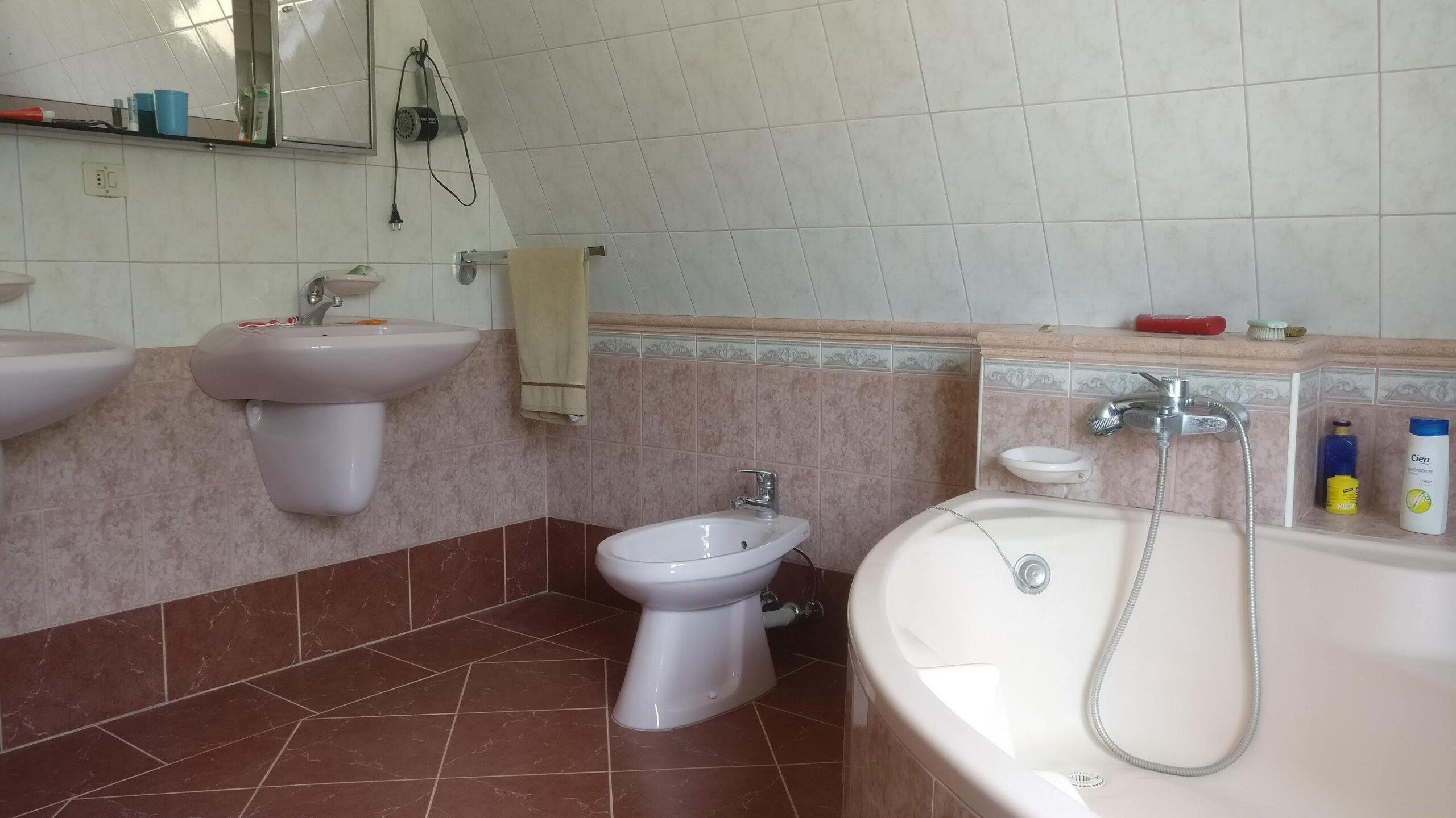 353 m2-es 7 + 01 szobás újszerű családi Ház – Csömör